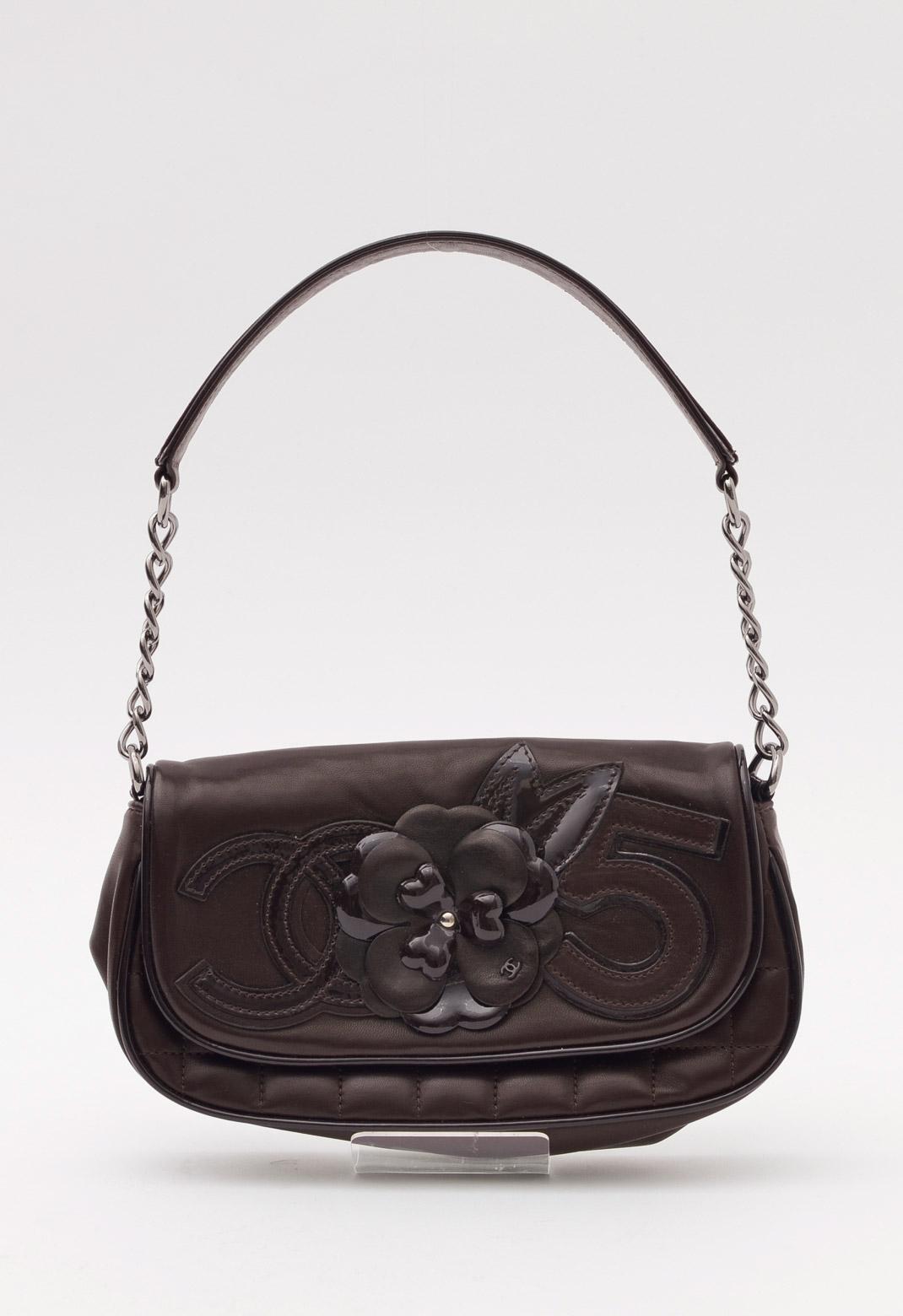 シャネル エナメルレザーパイピング × カメリアモチーフ飾り シルバーチェーン バッグ